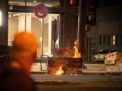 Minneapolis, la protesta divampa in tutti gli Usa – VIDEO