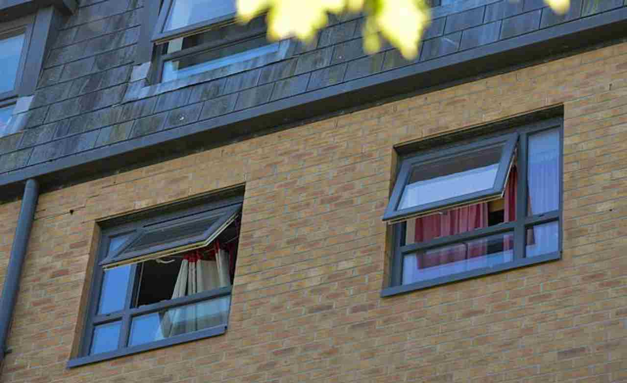 bambino precipita dalla finestra