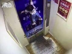 Filmato sconvolgente |  bambina appesa per un braccio in un ascensore