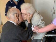 Coppia sposata da 62 anni si dice un'ultima volta addio: dol