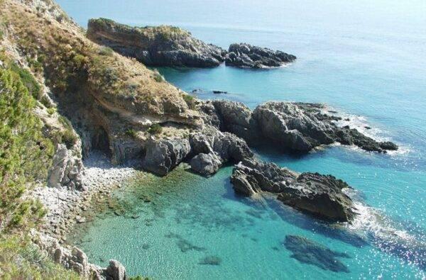 la scogliera di Ascea tra le migliori spiagge del Cilento