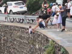 Padre folle scatta foto al figlio mentre penzola dal bordo d