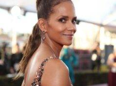 Halle Berry è ancora una sexy Bond Girl: in bikini arancione come in