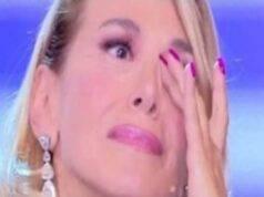 Pomeriggio 5, l'ospite si sente male in diretta: Barbara D'Urso non trattiene le lacrime