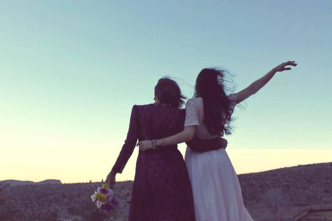 Parroco sposa due donne