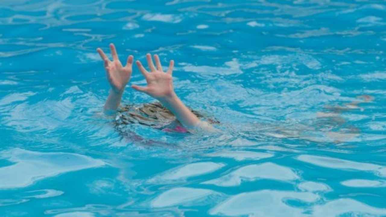 bambino muore in piscina