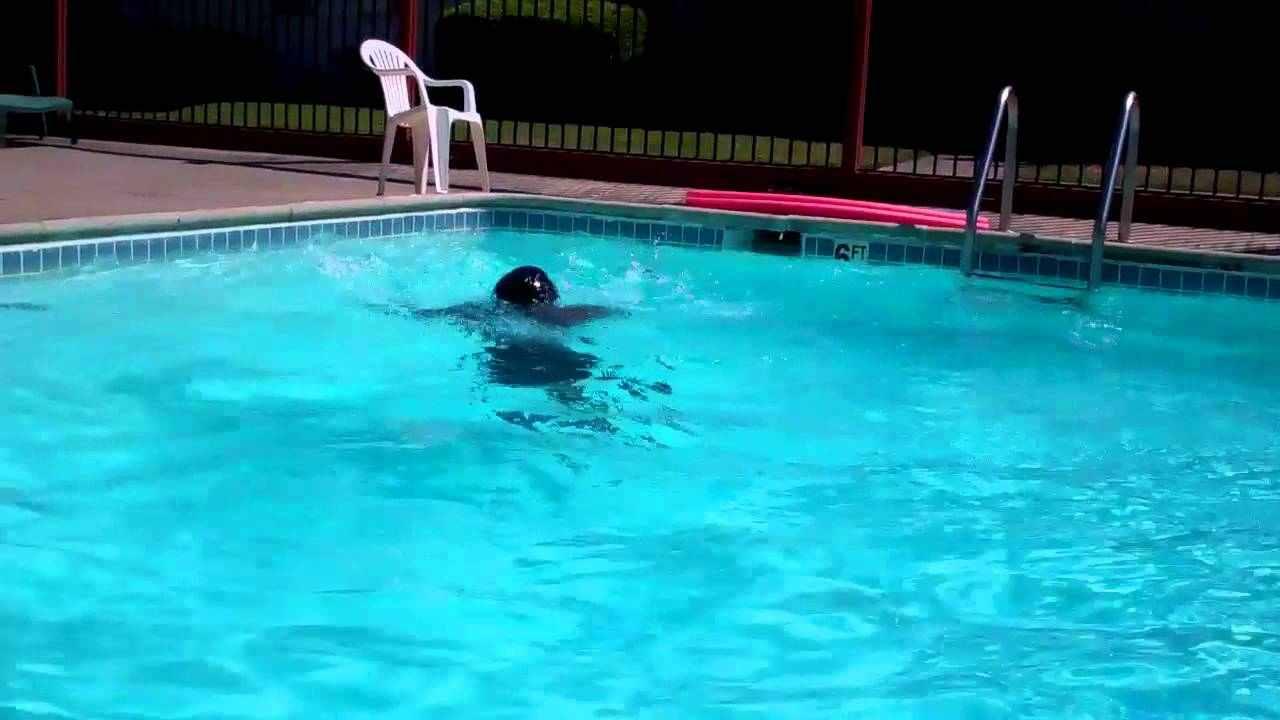 Bambina annega in piscina