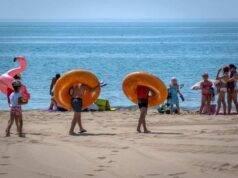 Filma bambini sulla spiaggia e si masturba |  turista tedesco arrestato