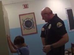 Polizia ammanetta un bimbo di 8 anni per spaventarlo, lezione esagerata?