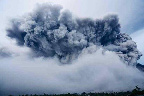 Eruzione del vulcano Sinabung a Sumatra