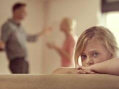 Figlia racconta al papà la sua giornata: così scopre che la moglie lo tradisce