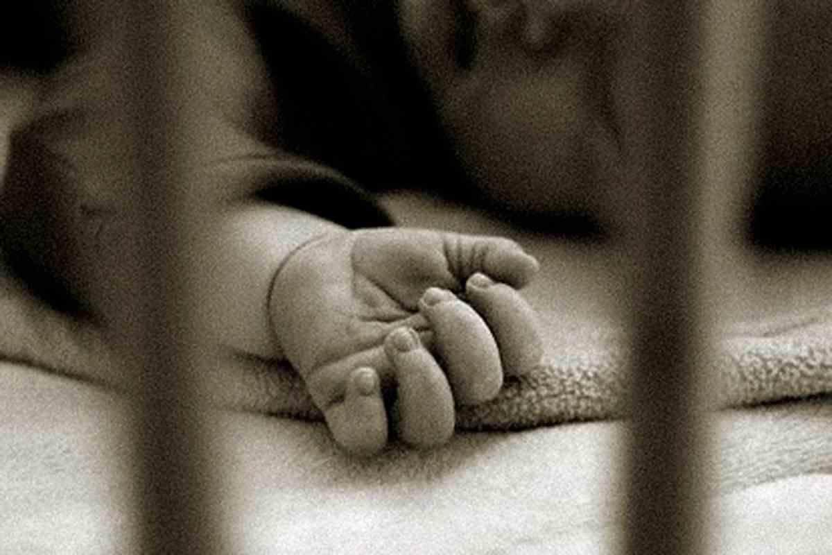 Uccide la figlia neonata con 100 colpi di cacciavite e ne abbandona il corpo