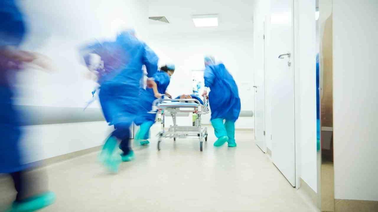 Brindisi | donna ricoperta di larve e piaghe in ospedale | medici sconcertati