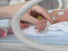 """Neonata morta in casa dopo parto prematuro da donna positiva. Il marito: """"Ambulanza arrivata senza incubatrice dopo mezz'ora"""""""