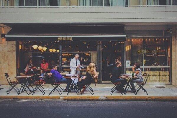 I ristoranti di New York saranno solo all'aperto