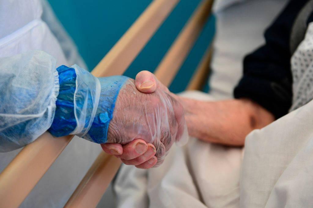 """Coronavirus, Remuzzi choc: """"Un anziano su 2 in rianimazione muore"""""""