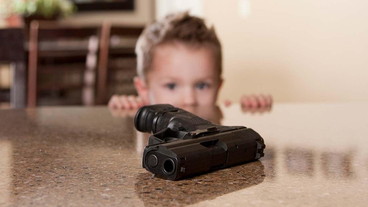 Bambino morto pistola casa