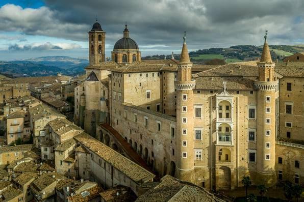 Le due torri e l'ingresso principale del Palazzo Ducale Marche cosa vedere Urbino weekend