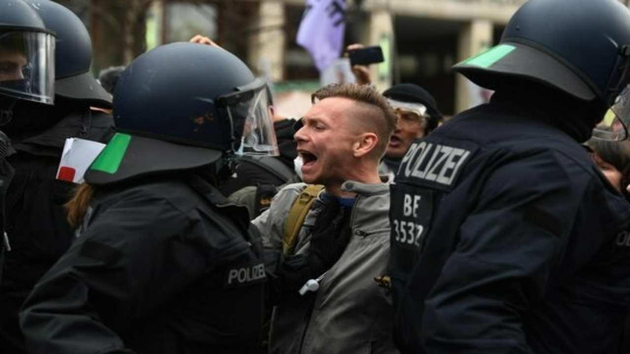 negazionisti Covid Berlino Germania