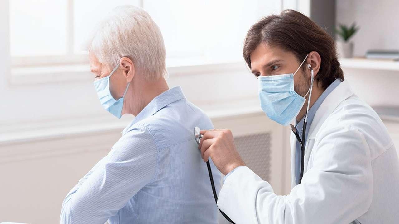 Medico positivo visita pazienti