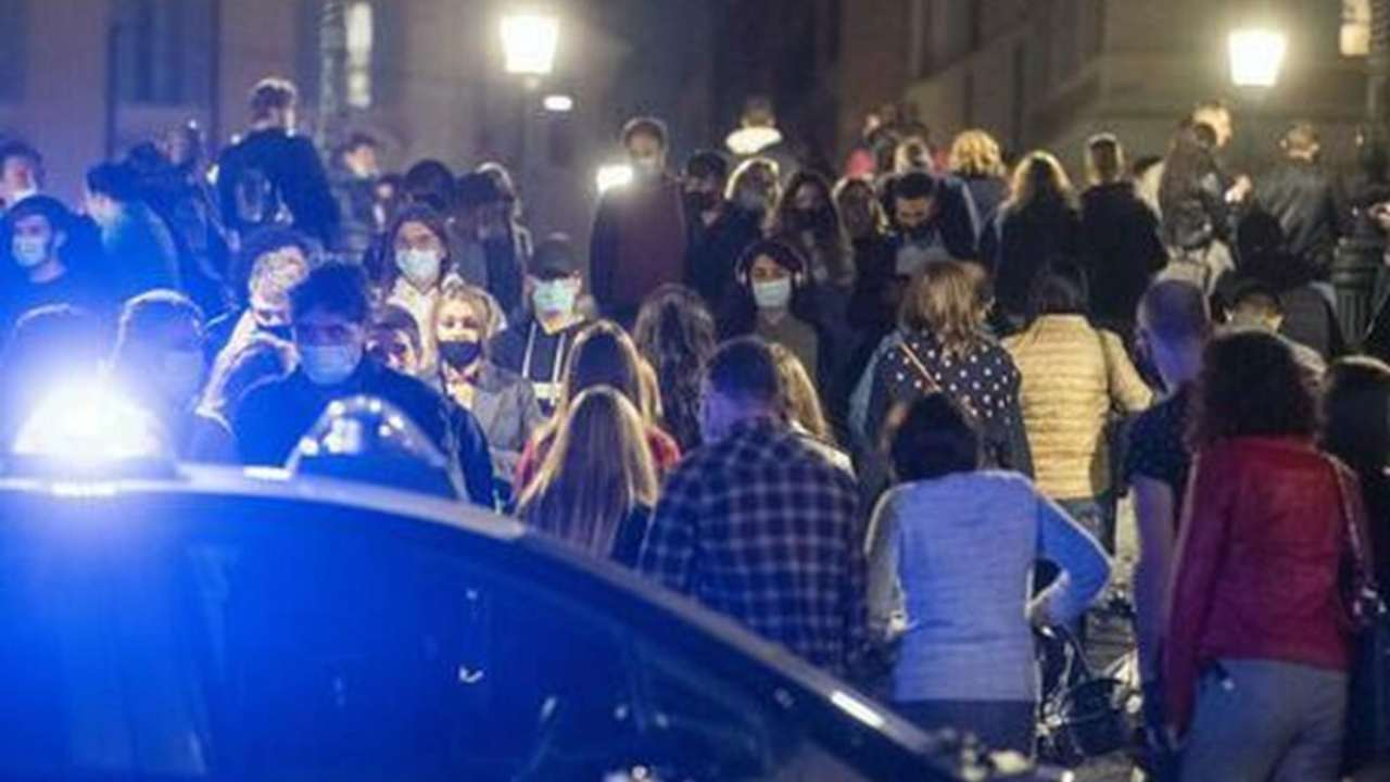 Treviso, Carabinieri bloccano una megafesta: 120 persone ammassate in un locale