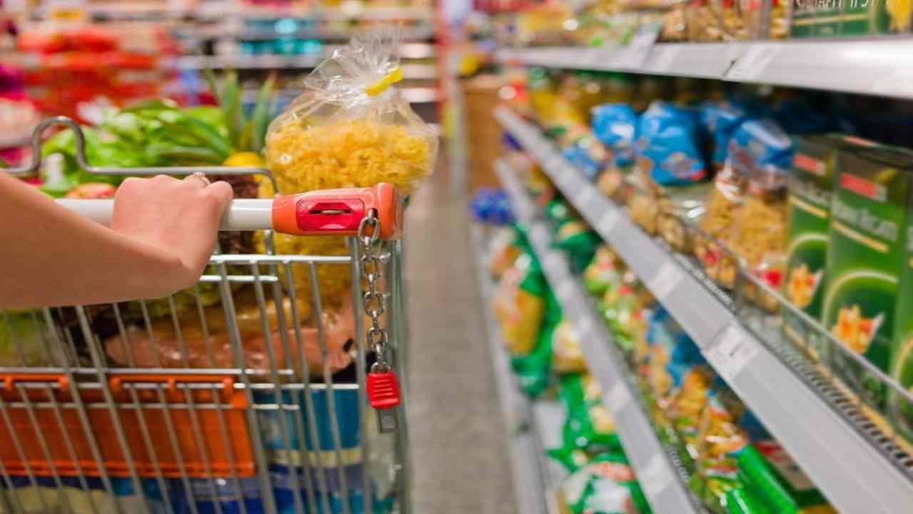 Natale immigrato supermercato