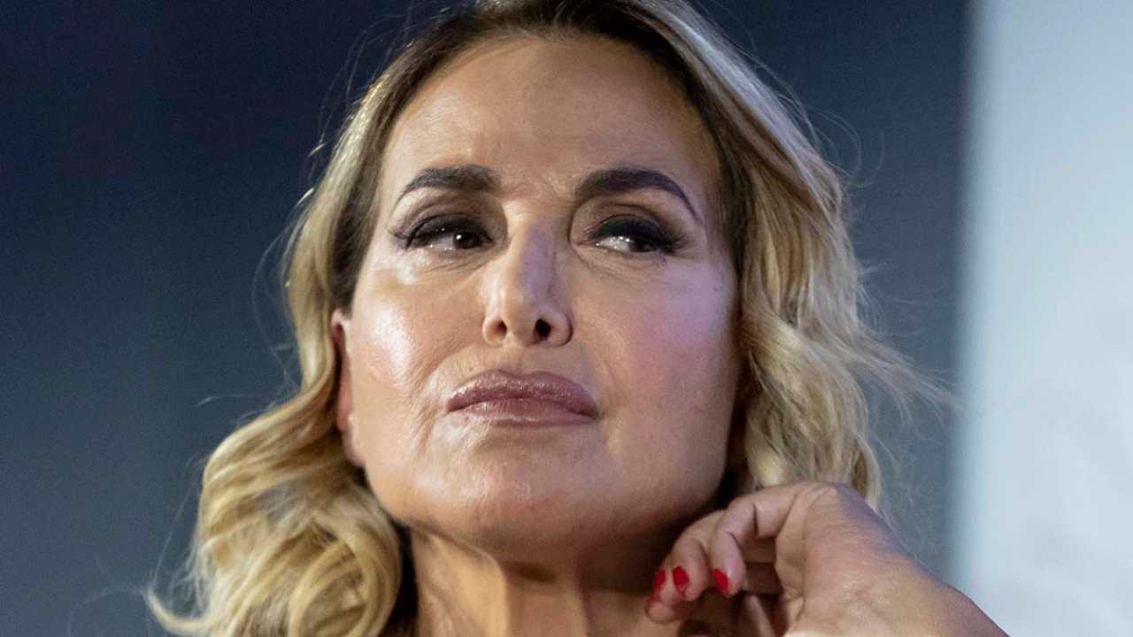 """Pomeriggio 5, Barbara D'Urso sbotta contro l'ospite: """"Noi siamo poveracci"""""""