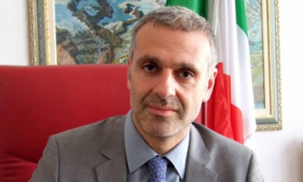 Bergamo, scoperta assurda: telecamere nel bagno delle maestre, sindaco indagato