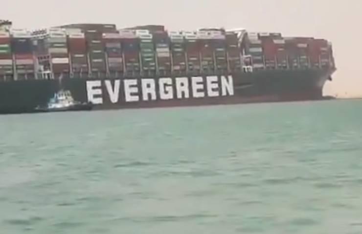 Canale di Suez la Evergreen incagliata