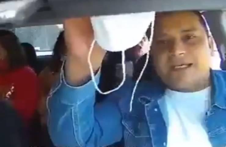 tossisce in faccia all'autista
