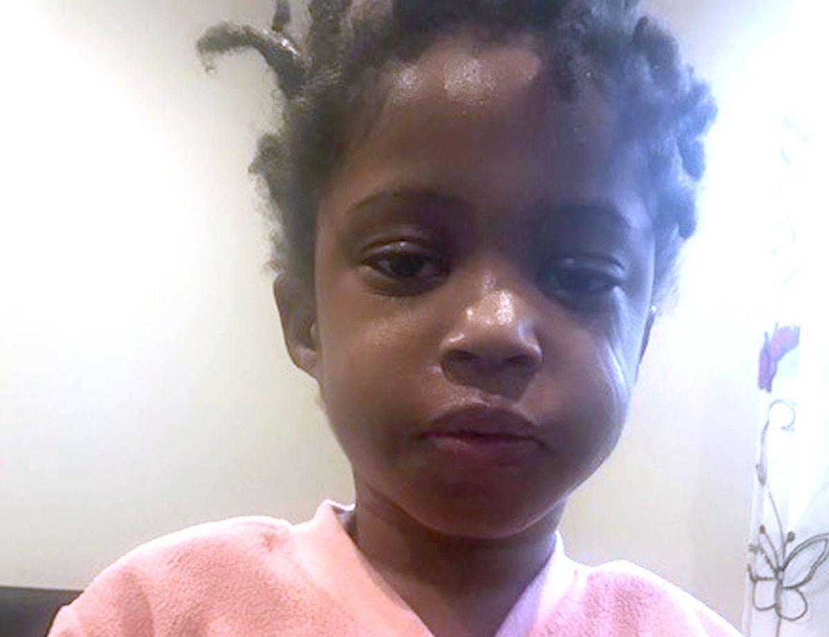 """Bimba di 4 anni abbandonata per strada: """"Nessuno la cerca"""""""