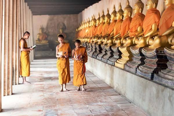 Monaci buddisti che passeggiano in un Tempio, Tailandia (pixabay) cose non fare tailandia