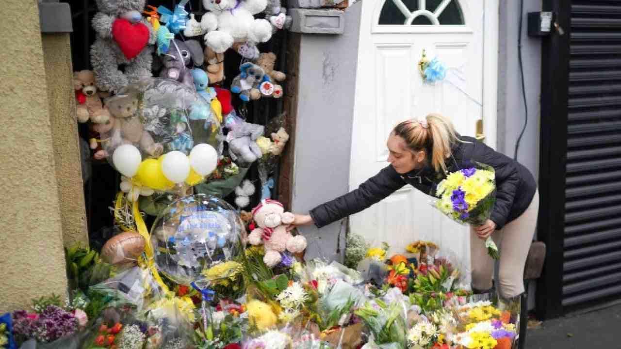 Tragedia bambino morto fiori