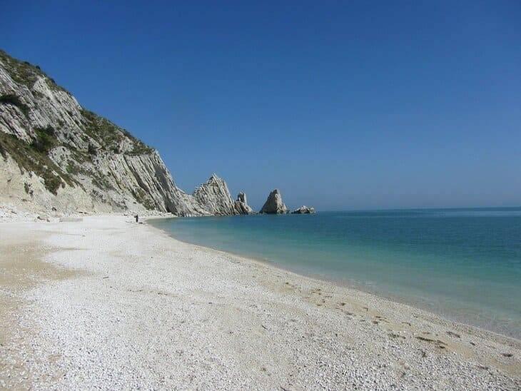 spiaggia delle Due Sorelle nelle Marche