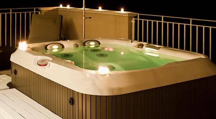 L'idromassaggio della piscina dell'hotel di Gigi Buffon