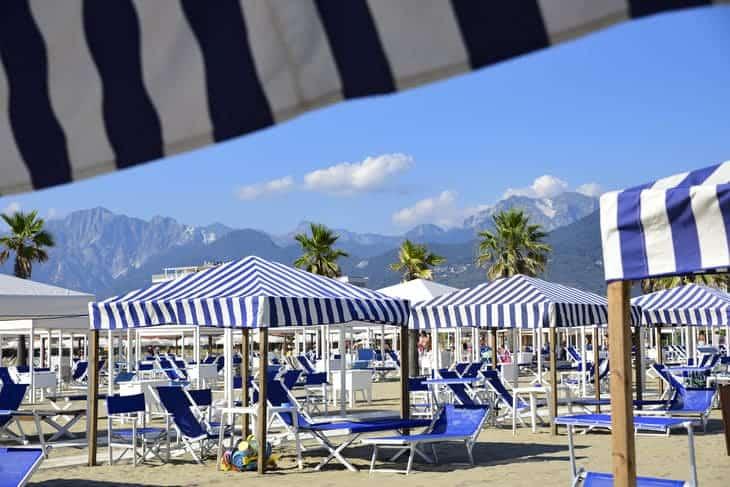 costo lettini e ombrelloni in toscana