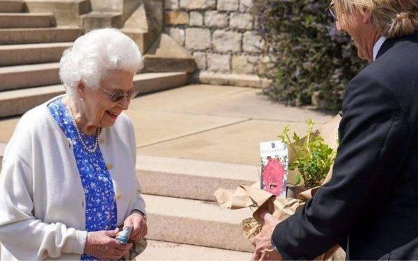 Regina Elisabetta dedica rosa al marito