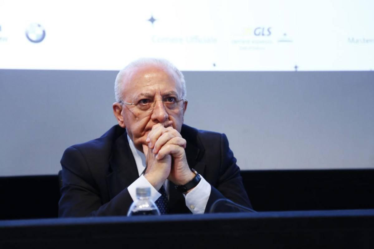 Governatore Campania proroga l'obbligo di mascherina all'aperto