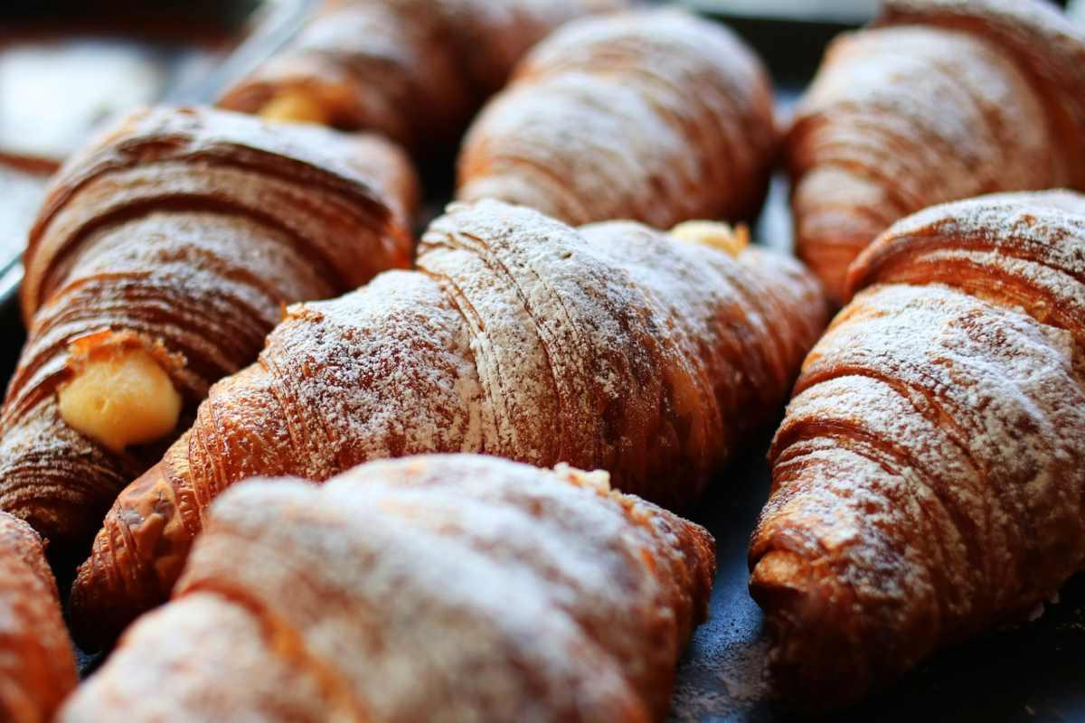 Esiste una differenza tra brioche, cornetto e croissant?