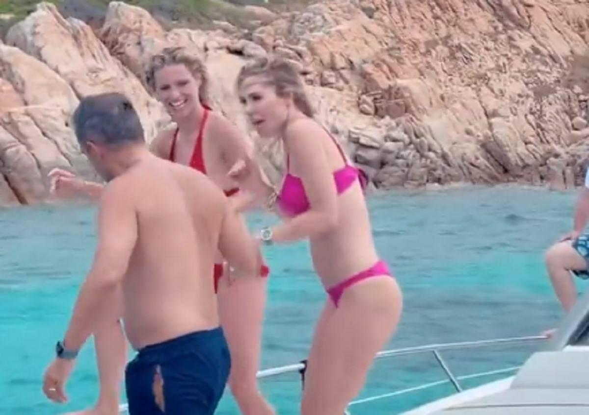 Il tuffo dalla barca di Ilary Blasi e Michelle Hunziker