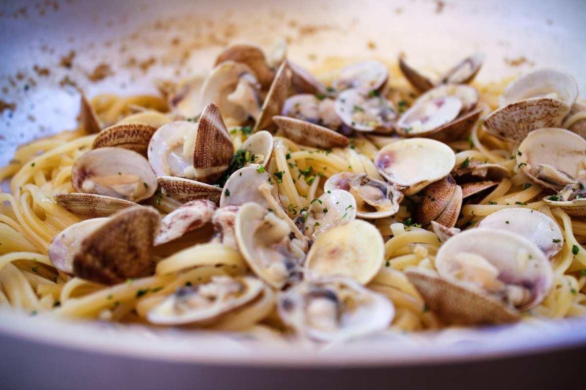 Rosmarino nella pasta con le vongole, aggrediscono lo chef