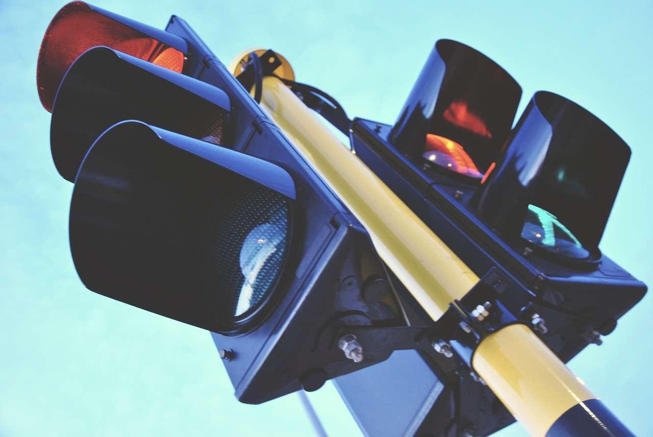Il semaforo che proietta la luce a terra