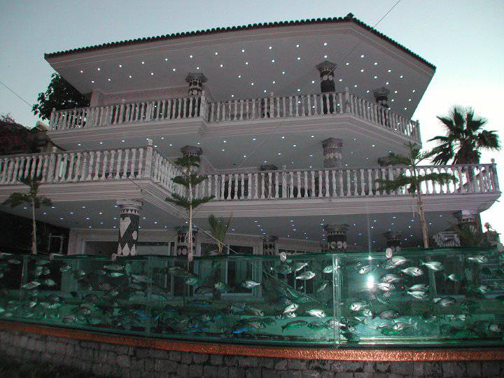 50-Meter-Long-Aquarium-Fence-for-his-Villa-by-Turkish-Businessman-Mehmet-Ali-Gökçeoğlu-in-Turkey-2