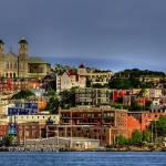 veduta dall'oceano della città con cattedrale in evidenza e case di tutti i colori