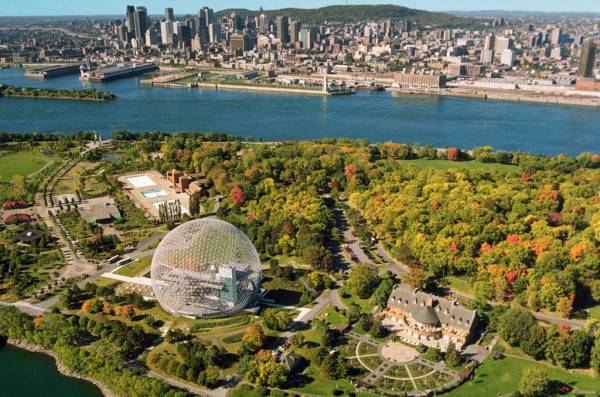 veduta dalla città dall'alto, grande spazio verde ed edifici sullo sfondo