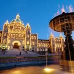 palazzo del parlamento con fontana e illuminazione al crepuscolo