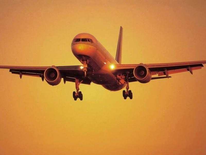 aereo_al_tramonto