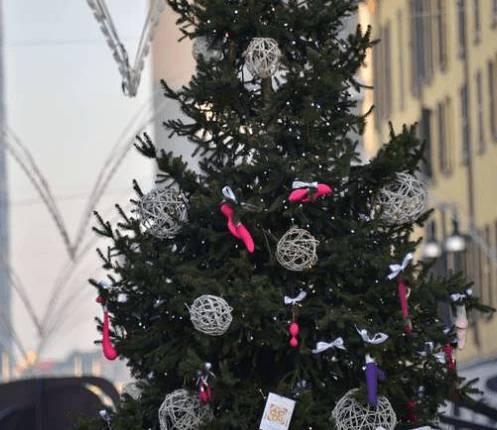 Immagini Natale Hard.Milano Albero Di Natale Hard Decorato Con Vibratori E Sex Toys
