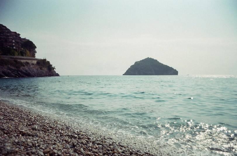 Matrimonio Spiaggia Bergeggi : Spiagge da sogno la magia dell isola di bergeggi viaggi