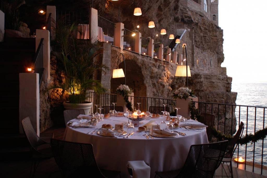 Il Ristorante Romantico All Interno Di Una Grotta Sul Mare